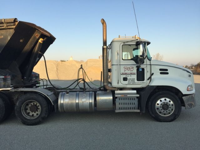 2015 Mack LX Daycab Semi Truck photo